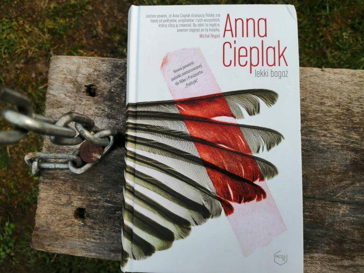 """Lekki bagaż"" Anna Cieplak; znak literanova"
