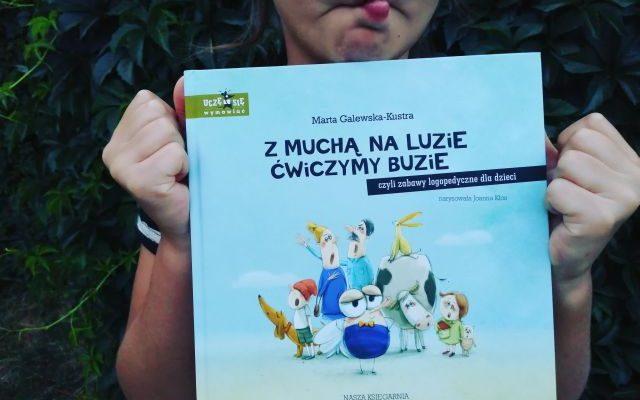 """""""Z muchą na luzie ćwiczymy buzie czyli zabawy logopedyczne dla dzieci"""" M.Galewska-Kustra; Nasza Księgarnia"""